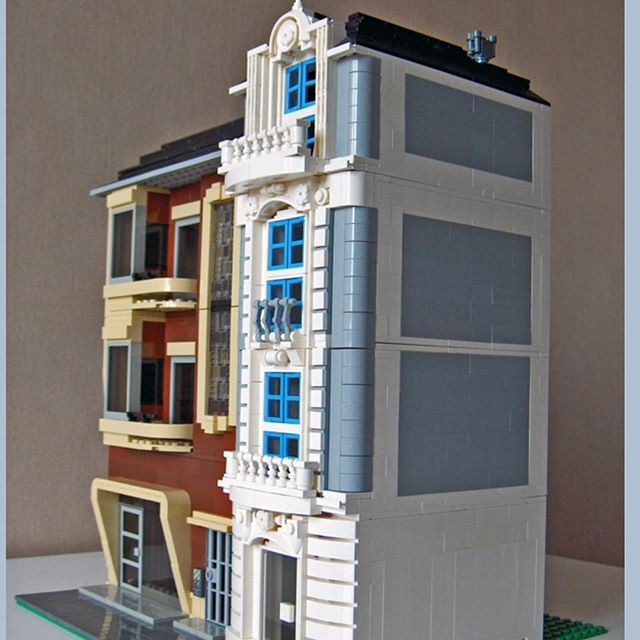 Nice colors in this modular moc. Credit: alex54 on brickshelf.com #legomoc #legomodular #brickshelf #alex54 #legofan #legopic #legophoto
